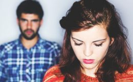 Não culpe sua amiga pelo relacionamento abusivo dela