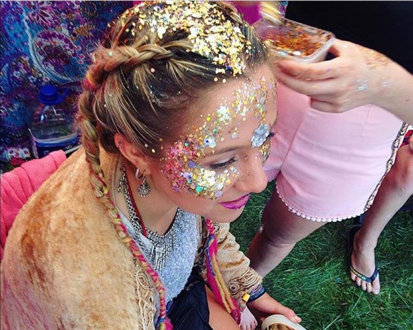 Como tirar glitter da pele e cabelo