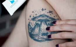 Como eu cuido de uma tatuagem que ainda não cicatrizou?