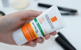 Como reaplicar o protetor solar por cima da maquiagem?