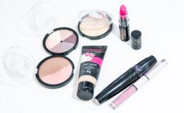 Testando maquiagens da Hello Kitty com a Pripoka